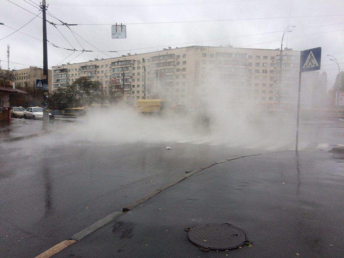 У Києві прорвало теплотрасу (відео)