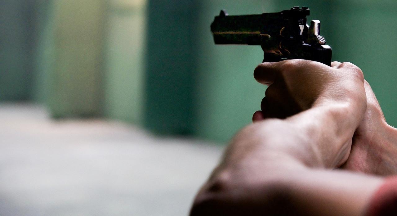 Біля Києва чоловік зі зброєю напав на поліцейських (відео)
