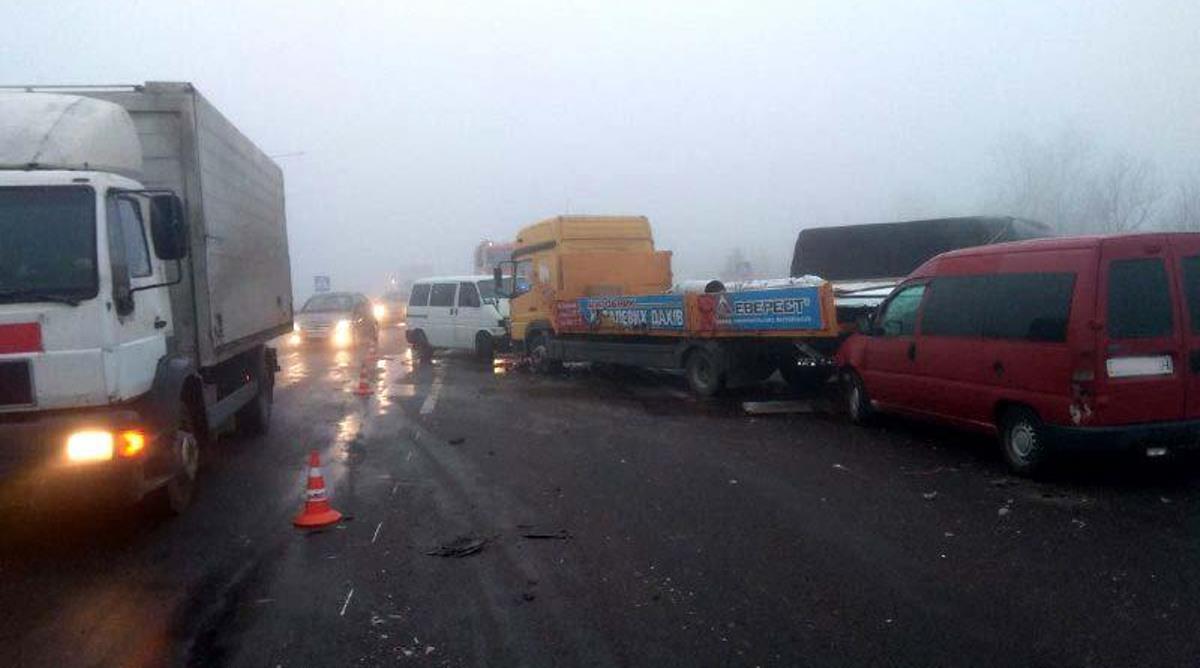 На Рівненщині – масштабна ДТП через туман: зіштовхнулося сім автомобілів (фото)