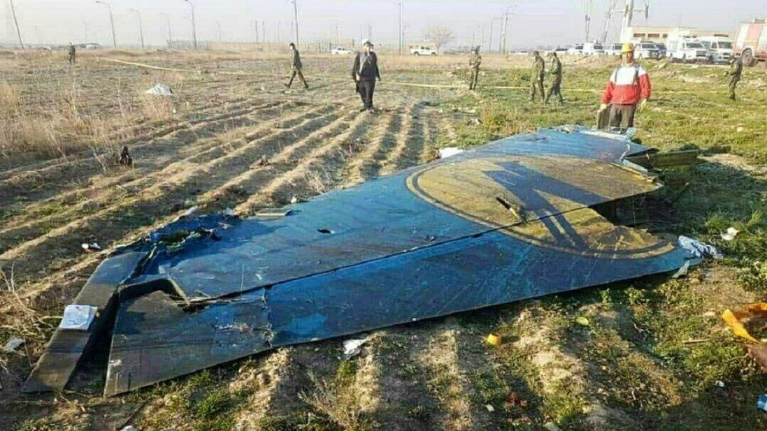 На місці авіакатастрофи літака в Ірані мародери розбирали речі загиблих (відео)