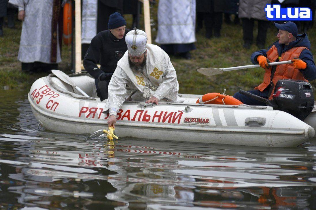 Хресна хода та купання в Стиру: як у Луцьку святкують Водохреще (фото)