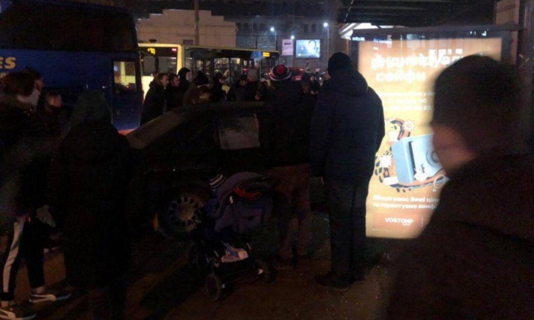 У Львові автомобіль BMW влетів у зупинку з людьми