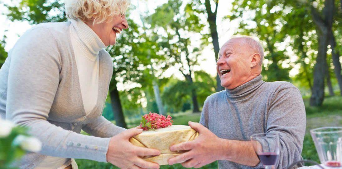 Що подарувати чоловіку на 60 років: ідеї подарунків