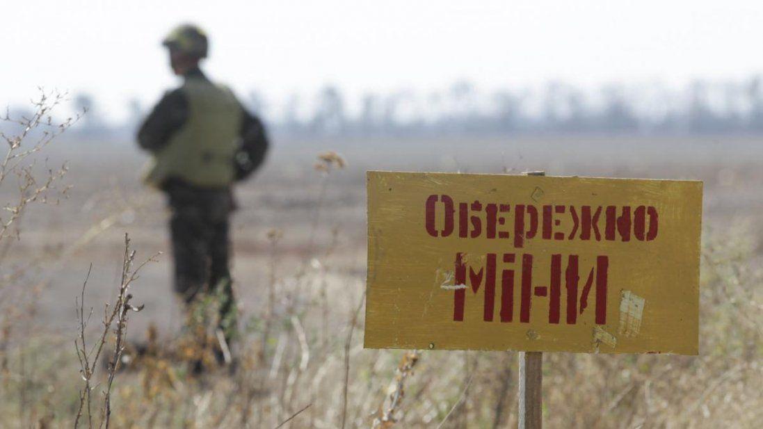 На Донбасі на мінному полі підірвався цивільний