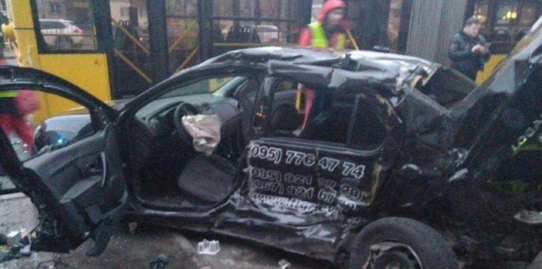У Києві водій влетів у зупинку з людьми і загинув (фото)