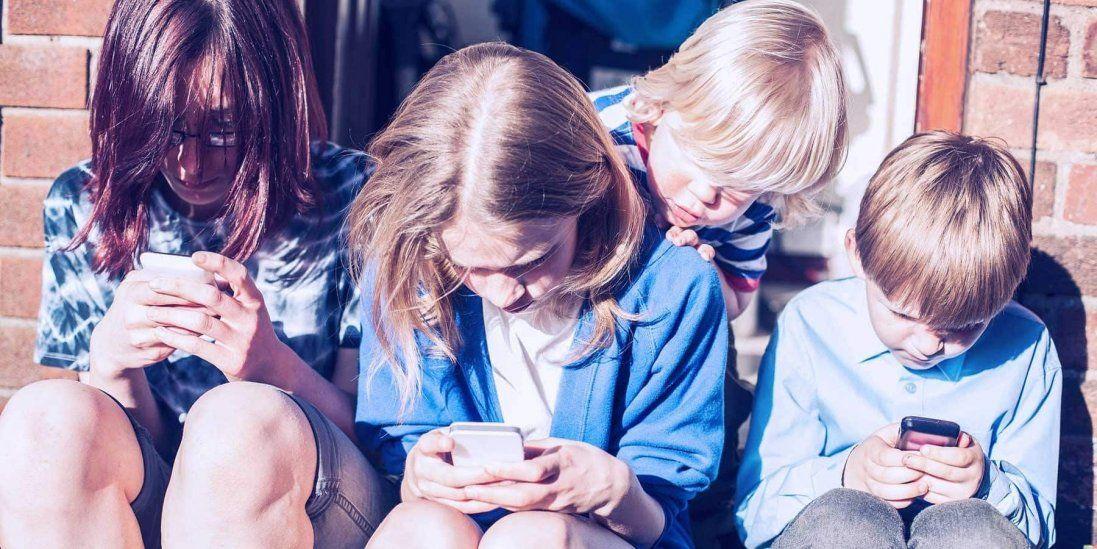 В Україні хочуть заборонити користуватися телефонами на уроках