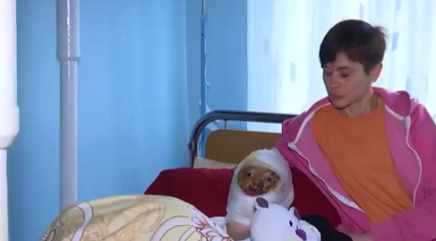 Аня з мамою у лікарні