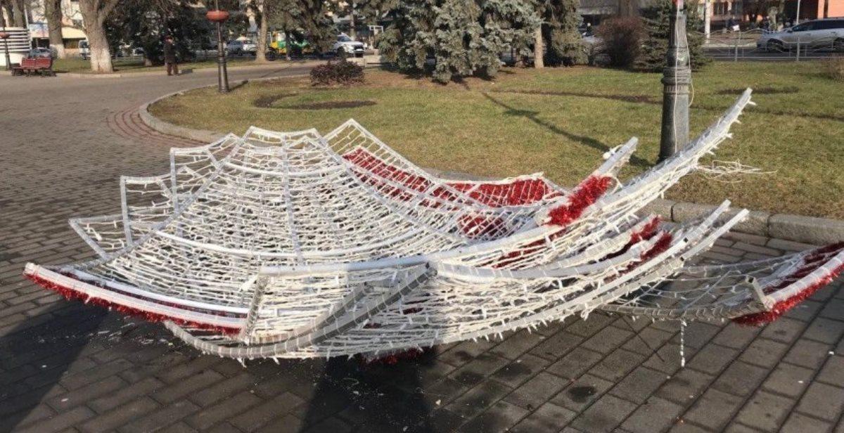 У Луцьку «роздягають» новорічні ялинки і прибирають інсталяції (фото)