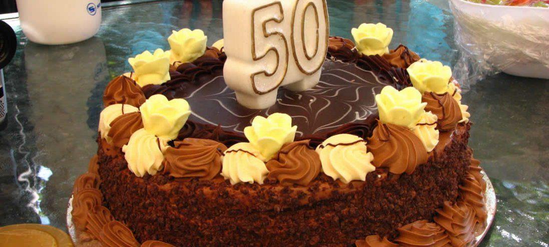 Подарунок жінці на 50 років – поради та ідеї