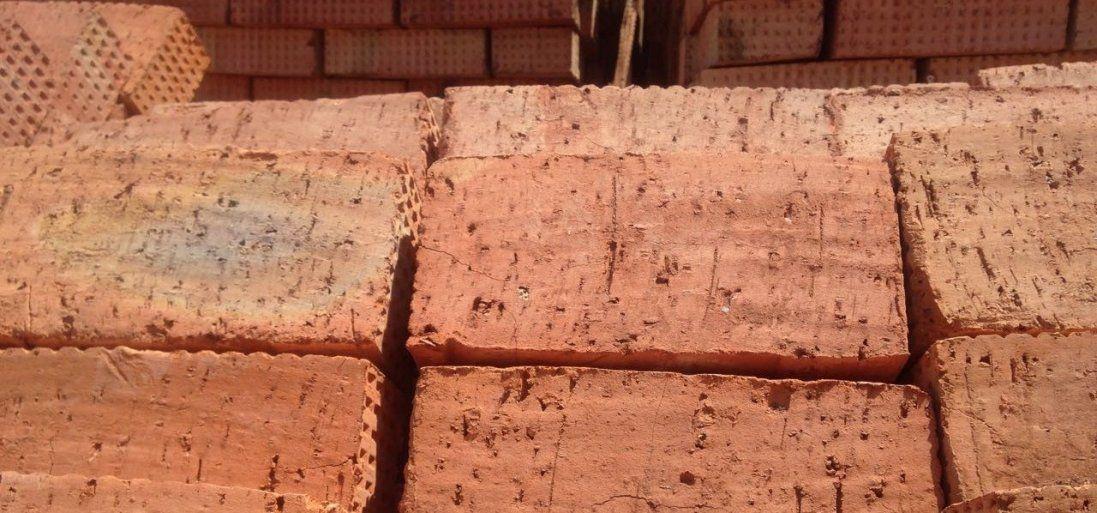 УТернополі на припарковану машину розвантажили цеглу (фото)