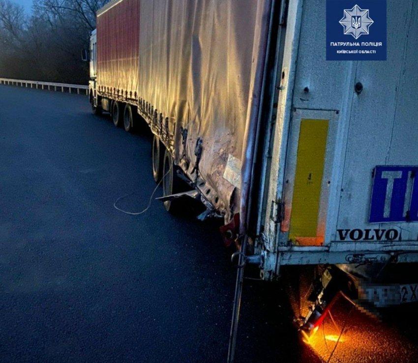 На трасі Київ – Одеса через туман зіткнулися легковик та вантажівка