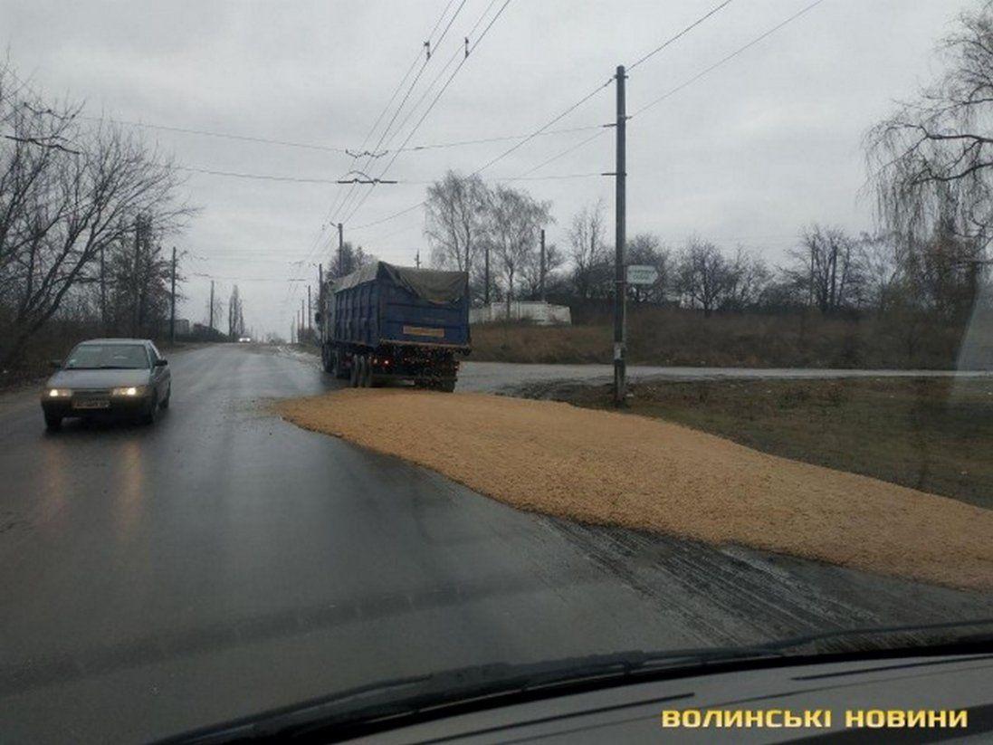 У Луцьку водій вантажівки лишив на дорозі майже 20 тонн жому (фото)