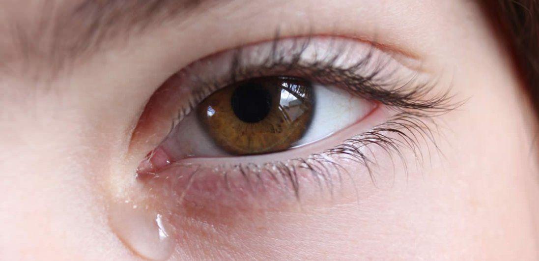 Сльозяться очі: чому і що робити?