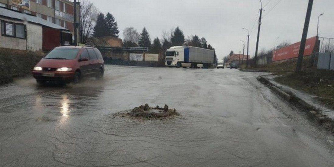 У Луцьку посеред дороги б'є «фонтан» (фото)