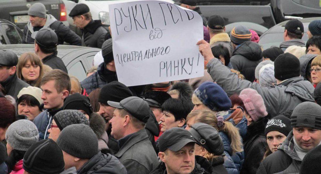 У Луцьку підприємці цілодобово чергуватимуть біля «Центрального ринку» (фото)