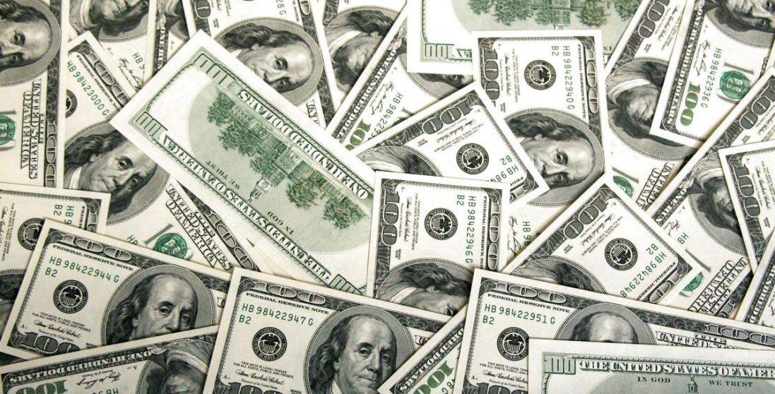 Долар стрімко дорожчає