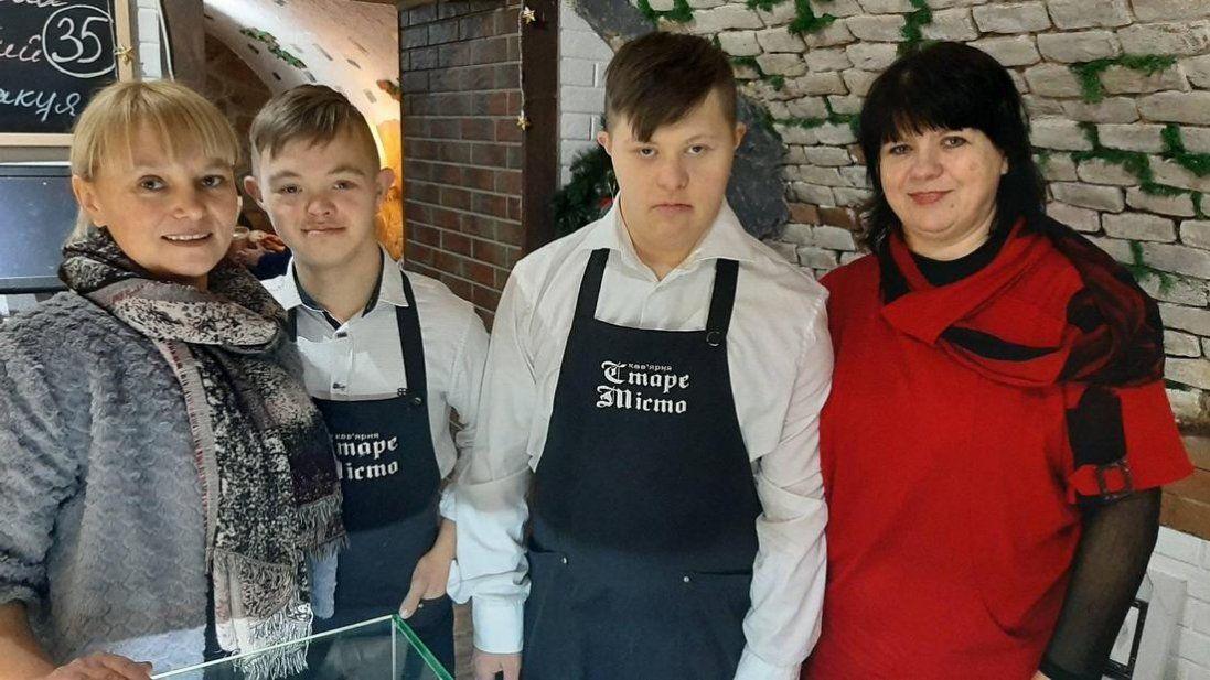 Перша в Україні кав'ярня, де працюють «сонячні» офіціанти