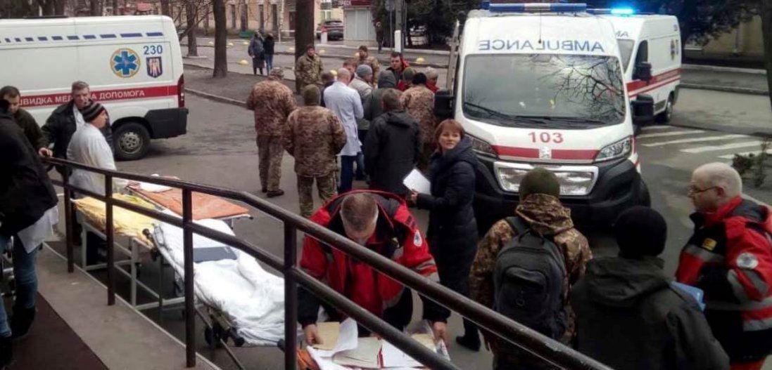 «Прострелені ноги, руки, животи»: поранених воїнів ЗСУ доправили в Київ (фото)