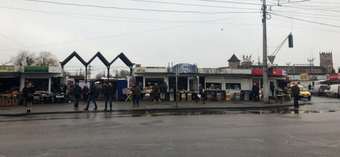 Підприємці біля «Центрального ринку» в Луцьку добровільно прибрали перші контейнери (фото)