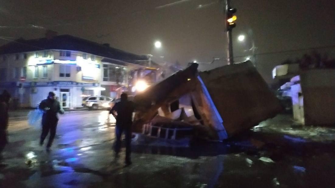 У Луцьку біля Старого ринку — поліція та бульдозери. Кажуть, що зносять контейнери (фото, відео)