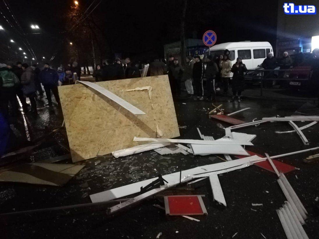 Бульдозери, поліція та постраждалі: у Луцьку почали ліквідацію Старого ринку (фото)