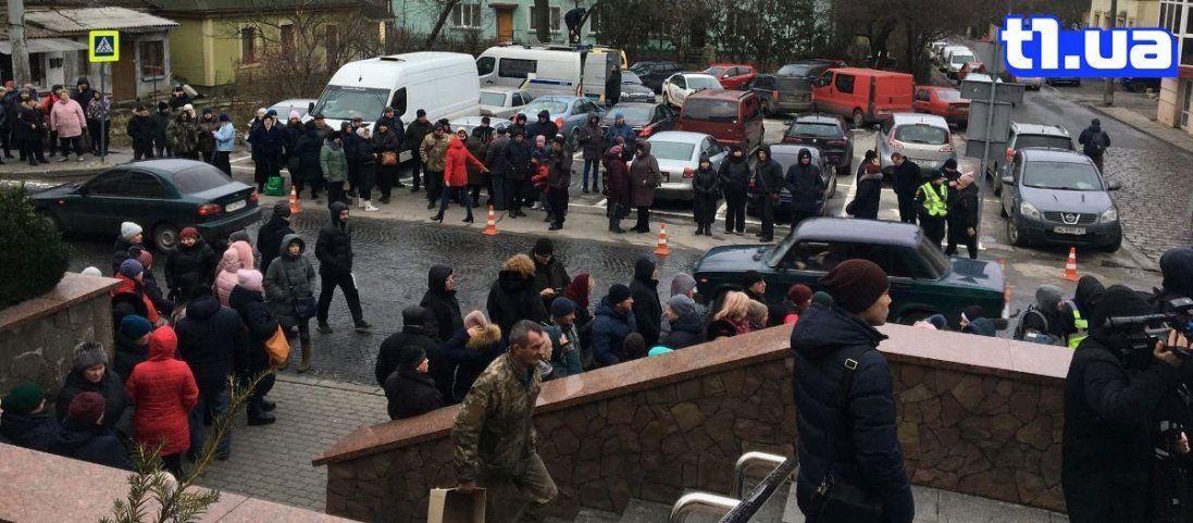 У Луцьку підприємці «Центрального ринку» пікетують міську раду (фото)
