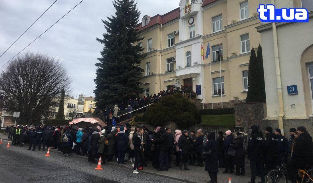 Люди з Старого ринку заблокували міськраду і перекрили дорогу (фото, відео)