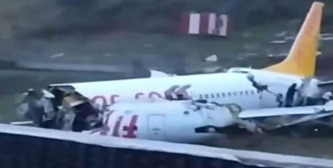 У Стамбулі літак впав з висоти 30 метрів і розвалився на частини (відео)