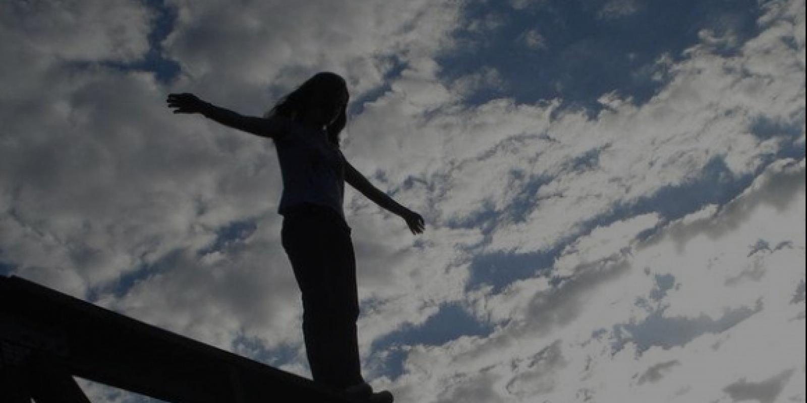 На Луганщині дівчина стрибнула з мосту на очах у поліцейських (відео)