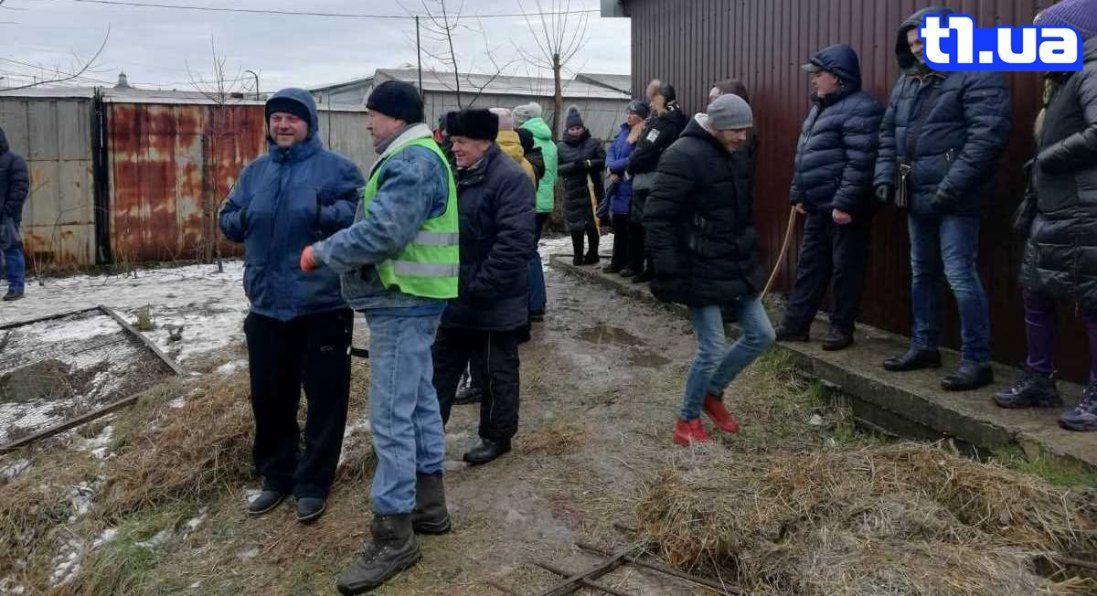 Муніципали не змогли демонтувати паркан «Центрального ринку» в Луцьку (фото)