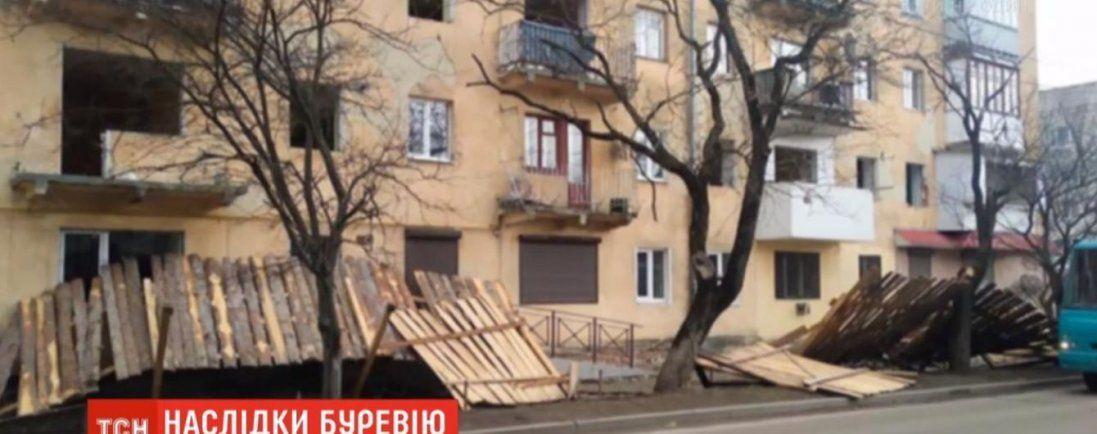 На Львівщині лютує негода: зриває дахи і валить дерева