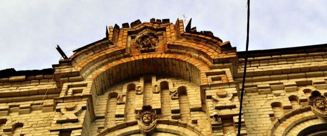У Луцьку руйнується столітній будинок (фото)