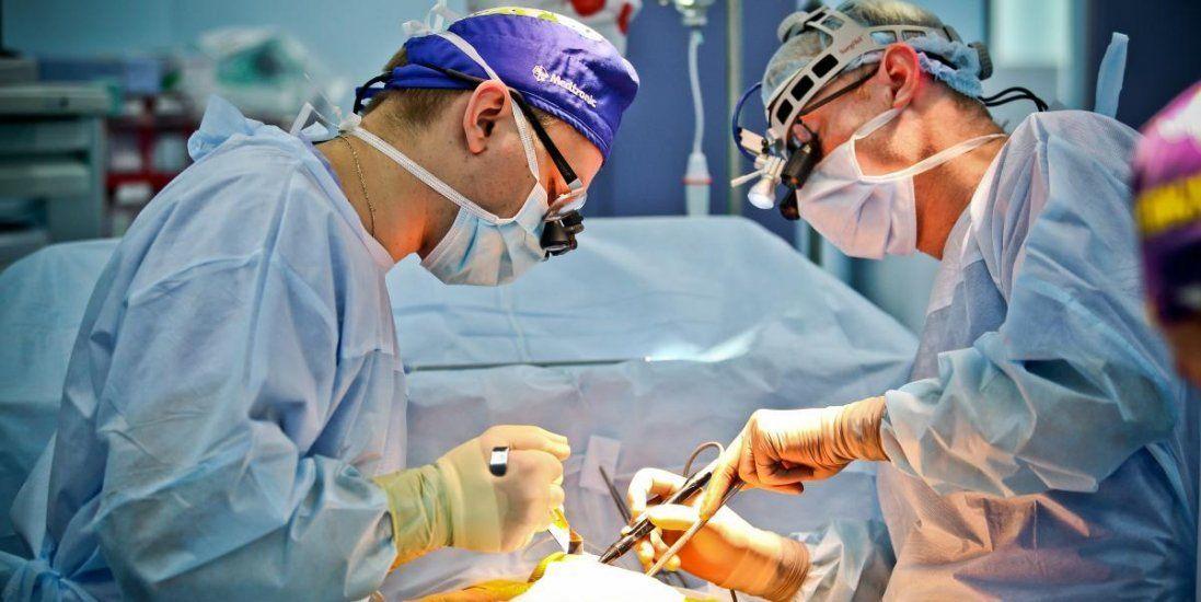 На Волині лікарі видалили дівчині пухлину з шиї (фото 18+)