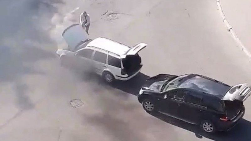 На Волині під час руху задимілося авто (відео)