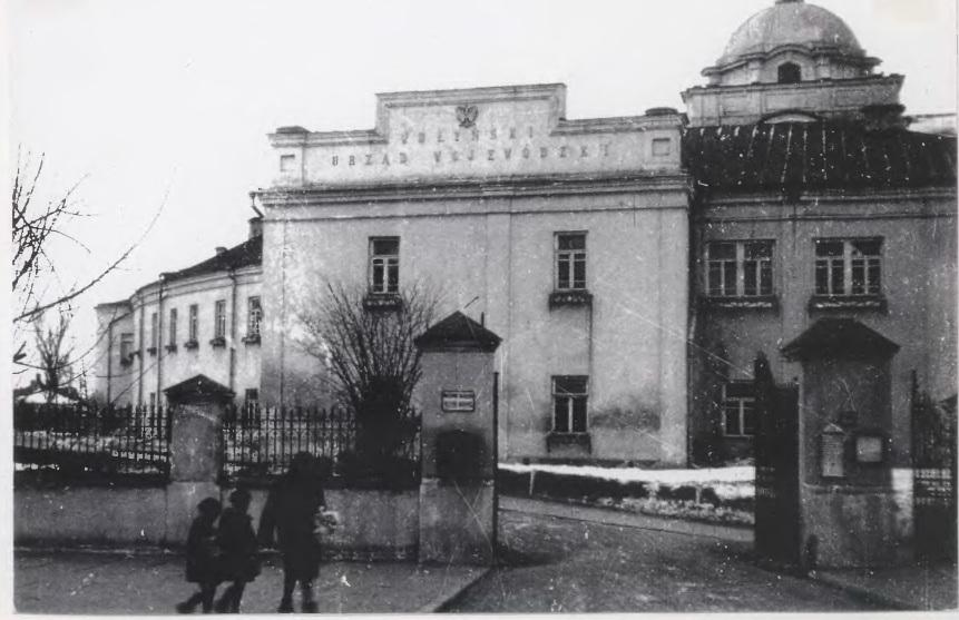 Воєводське управління (на задньому плані Собор Святої Трійці).