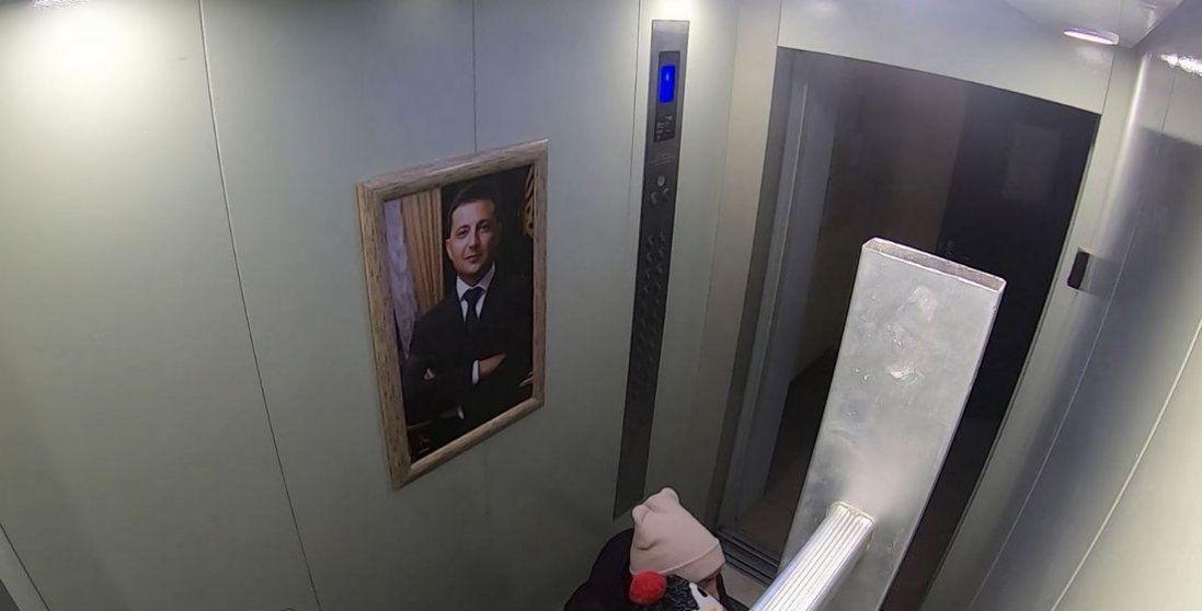 Як кияни реагували на портрет Зеленського в ліфті (відео)