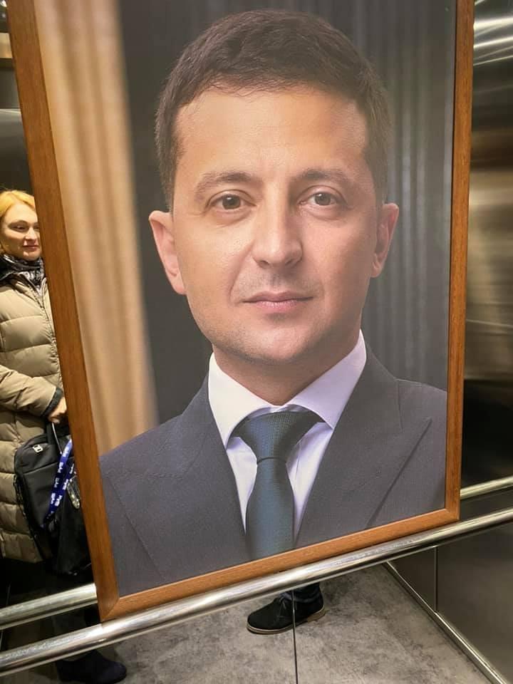 Портрет Зеленського в ліфті телеканалу