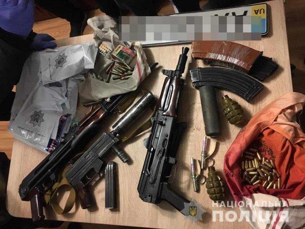 У помешкані угрупування знайшли зброю та боєприпаси / фото:npu.gov.ua