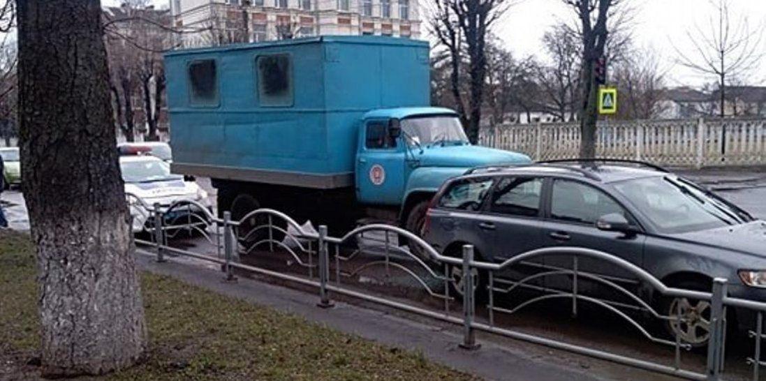 ДТП у Луцьку: автомобіль комунальників в'їхав у легковик (фото)