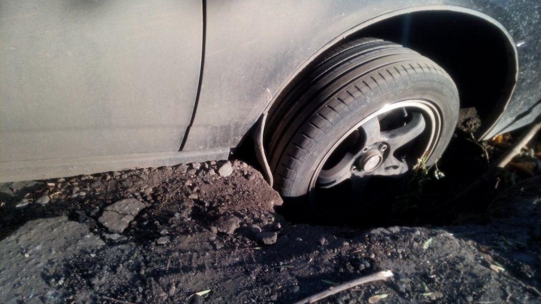 У центрі Луцька авто провалилося під бруківку (фото)