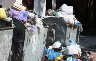 Луцькі муніципали показали купу непотребу на Старому ринку (фото)