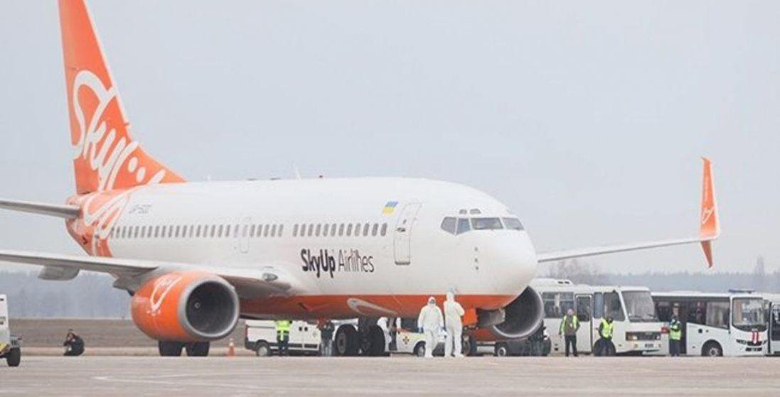 Літак з евакуйованими з Китаю приземлився у Харкові