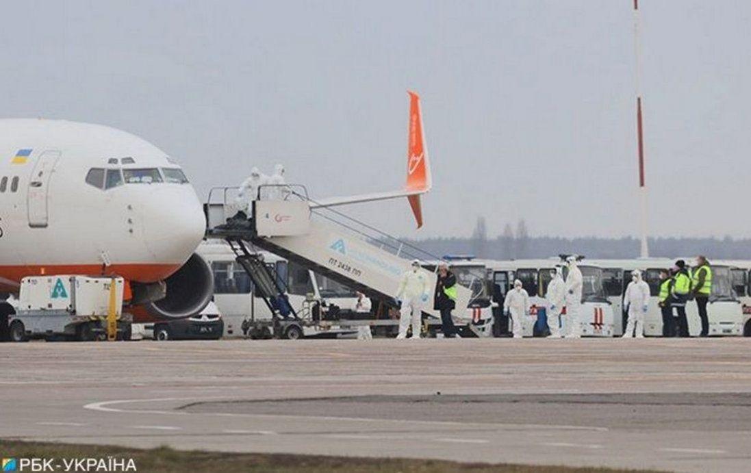 Українці, які прилетіли з Китаю, вже зійшли з літака (відео)