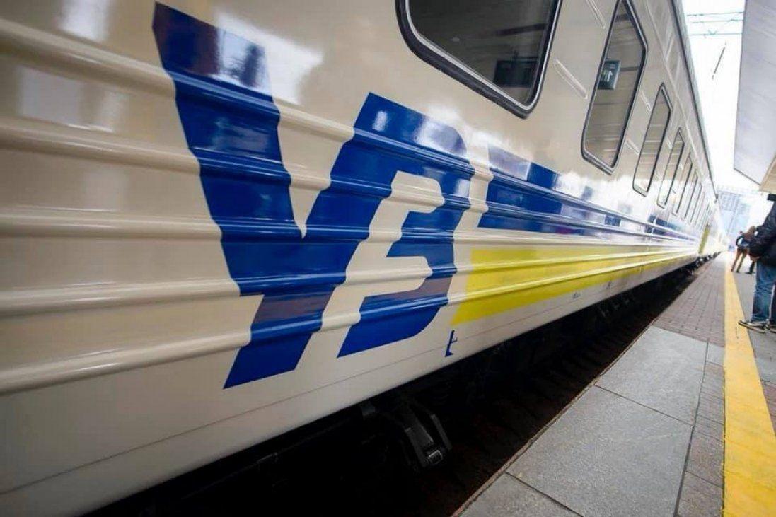 Неправильно закріпив полицю: в «Укрзалізниці» прокоментували падіння пасажира на пенсіонерку (фото)
