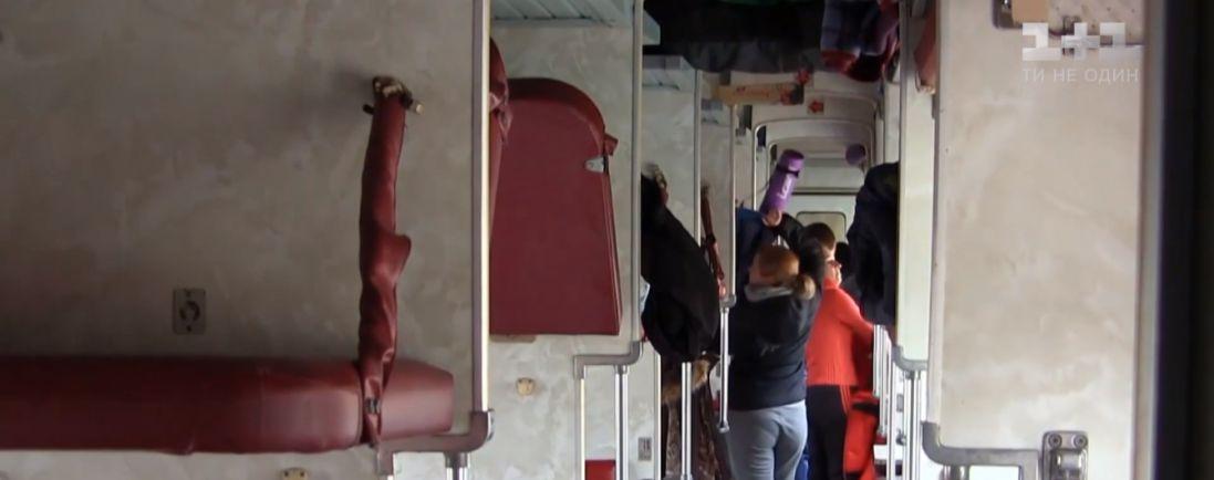 Як почувається жінка, на яку в потязі впала полиця з пасажиром (відео)