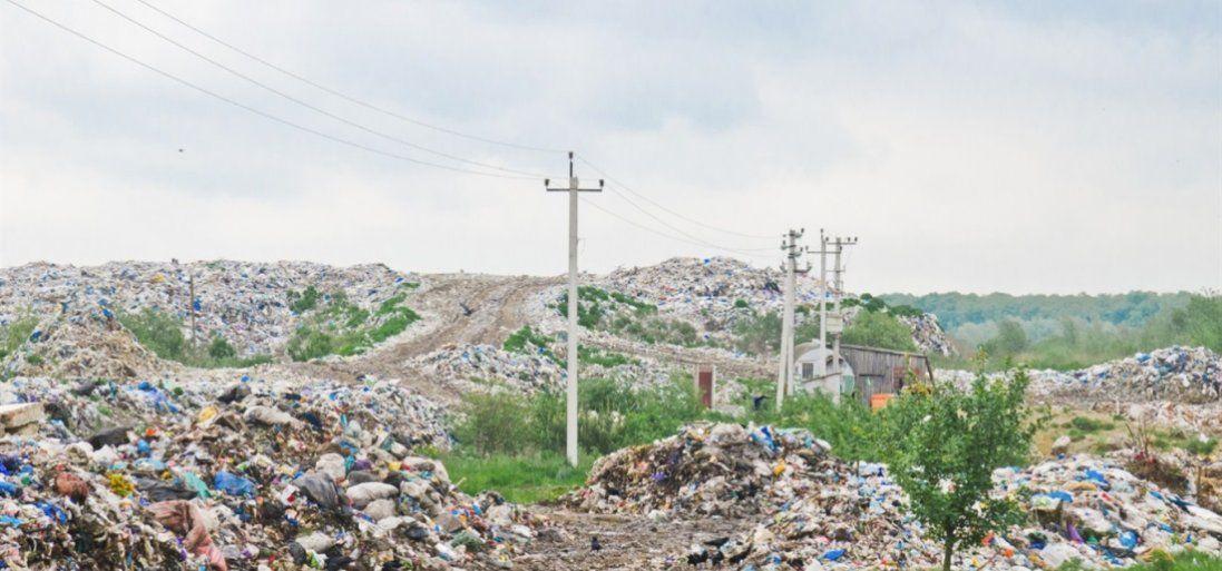 На Одещині ураган розніс мільйони поліетиленових пакетів зі сміттям (фото, відео)