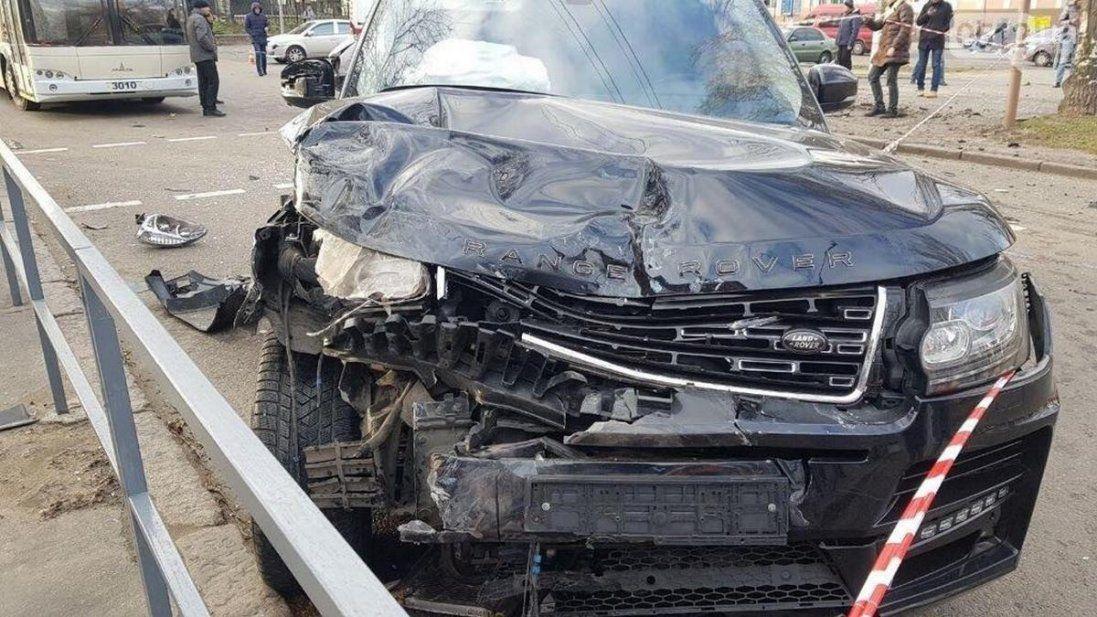 У Миколаєві Range Rover «влетів» у маршрутку: є загибла (відео)