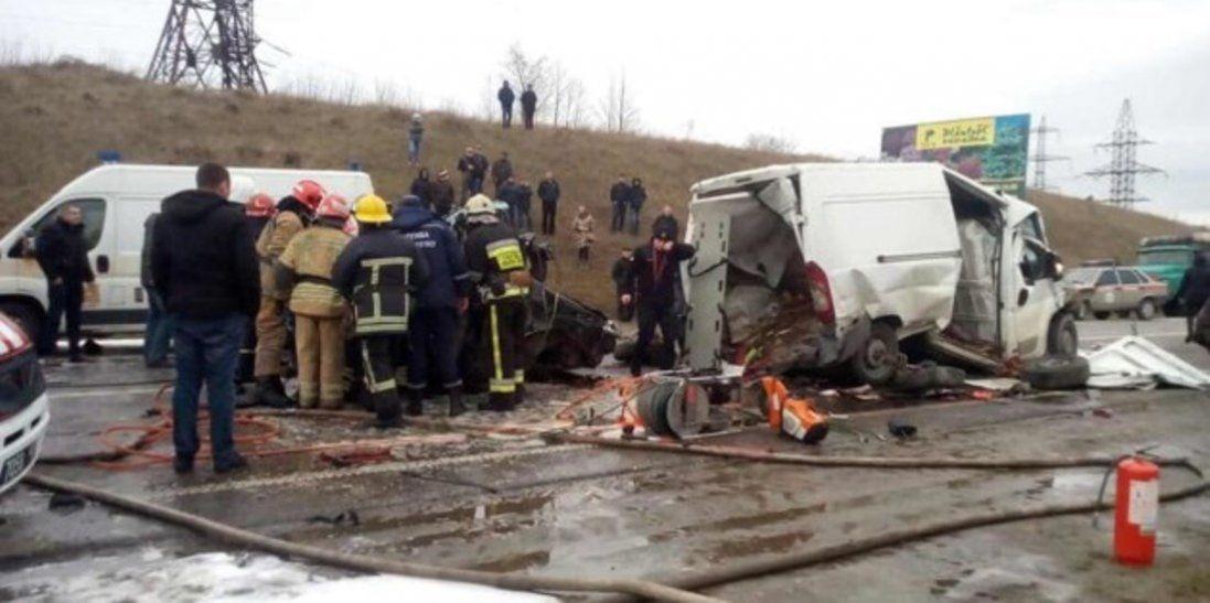 Зіштовхнулося шість автомобілів: автобус «Львів-Луцьк» потрапив у ланцюгову аварію (фото)