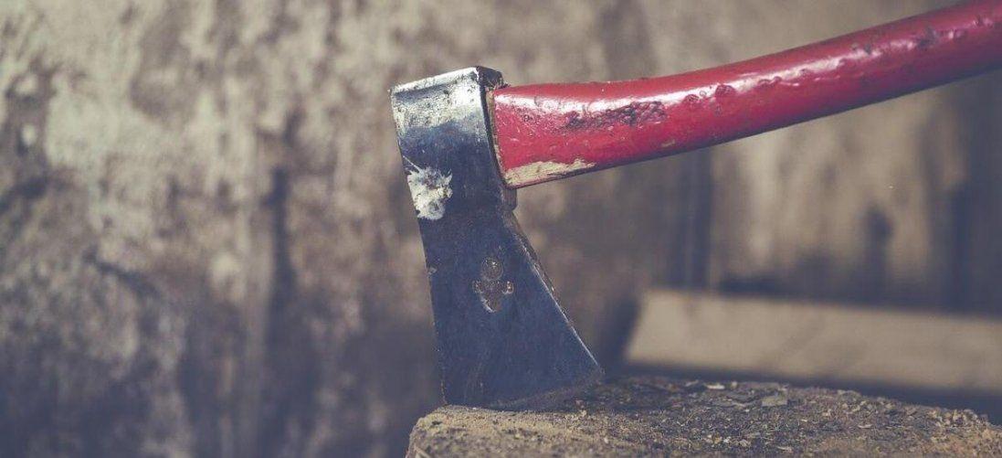 На Рівненщині чоловік з сокирою напав на односельця (фото 18+)