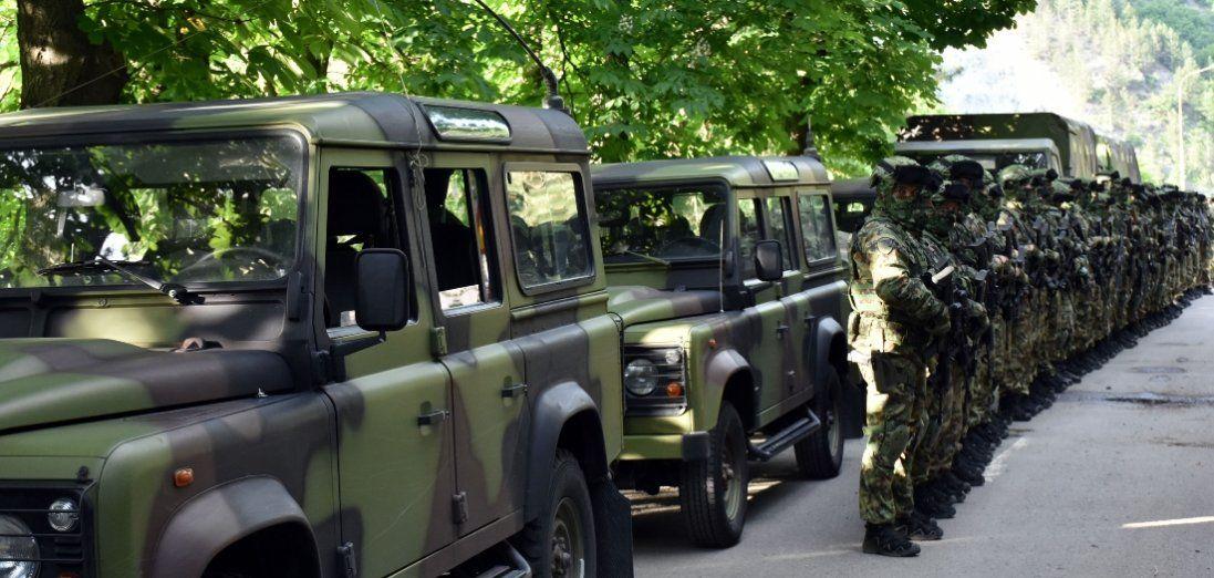 У Дніпрі автомобіль на швидкості протаранив військову колону (відео)